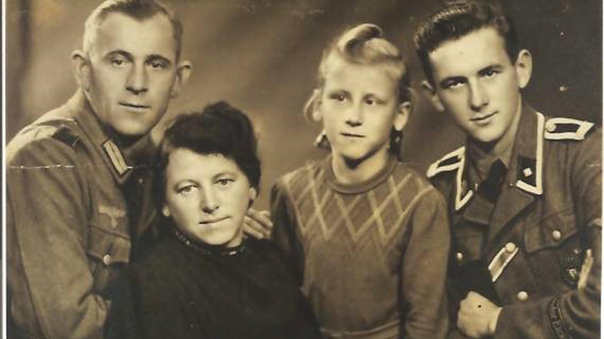 Erich, Röschen, Marianne und Rudi Kunze (von links), letzterer in der Uniform der Waffen SS.