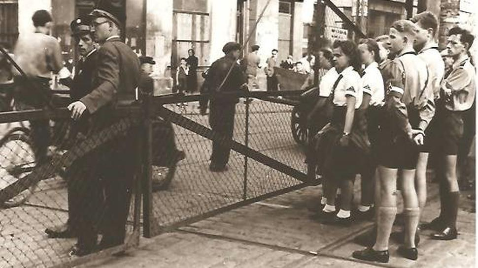 Vor dem Warschauer Ghetto: Ein Bild aus dem Jahr 1942. Vorn links in BDM-Uniform Gerda Lehmann, ganz rechts außen in HJ-Uniform Rudi Kunze