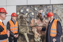 Einblick: Zur Vorab-Besichtigung des ersten Tiefbahn-Reliefs seines Genesis-Zyklus hat Künstler Markus Lüpertz (rechts) OB Frank Mentrup (Mitte) und Kulturbürgermeister Albert Käuflein gebeten.