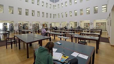Blick in den Lesesaal der Badischen Landesbibliothek. Nur wenige Plätze sind besetzt.