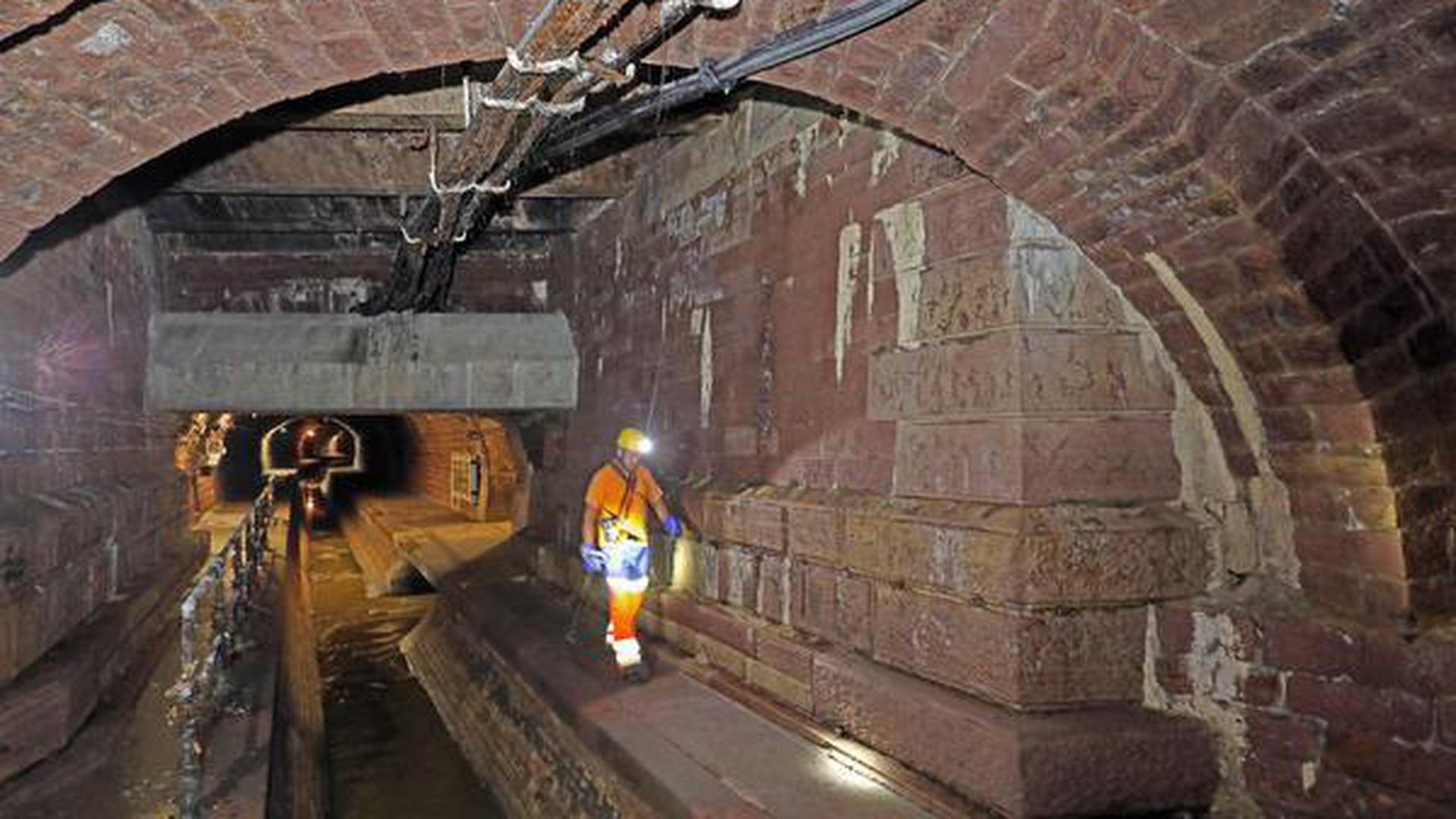Bis zu 5,70 Meter im Durchmesser ist das Sandstein-Gewölbe in der Karlsruher Kanalisation hoch.