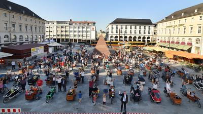 113 Familien kamen im September 2020 mit ihren von der Stadt bezuschussten Lastenrädern auf dem Marktplatz. Bürgermeister Daniel Fluhrer begrüßte sie.