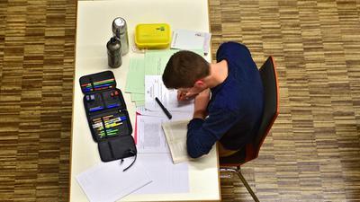 Junge Lernen Tisch Schreiben