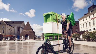 Wirtschaftsförderung auf zwei Rädern: Dank der Karlsruher Radkuriere können Kunden bei Einzelhändlern einkaufen und sich die Ware kontakt- und kostenlos nach Hause bringen lassen.