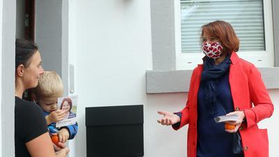 Petra Lorenz im Gespräch mit einer Knielingerin.