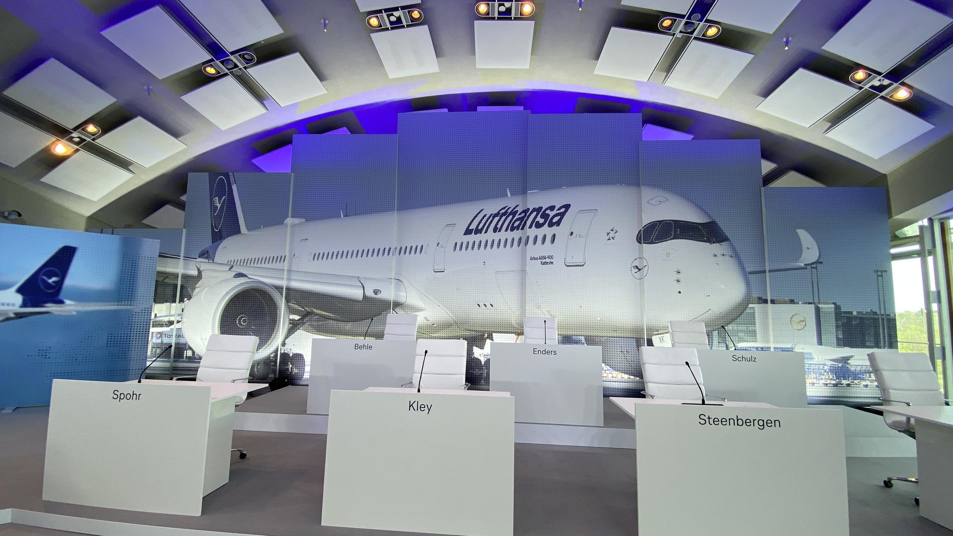 """Prominent: Der Airbus """"Karlsruhe"""" bildet den Hintergrund der Lufthansa-Hauptversammlung."""