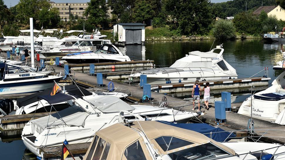 An den Stegen im Yachthafen bei Maxau liegen die Boote bereit für eine Spritztour auf dem Rhein.