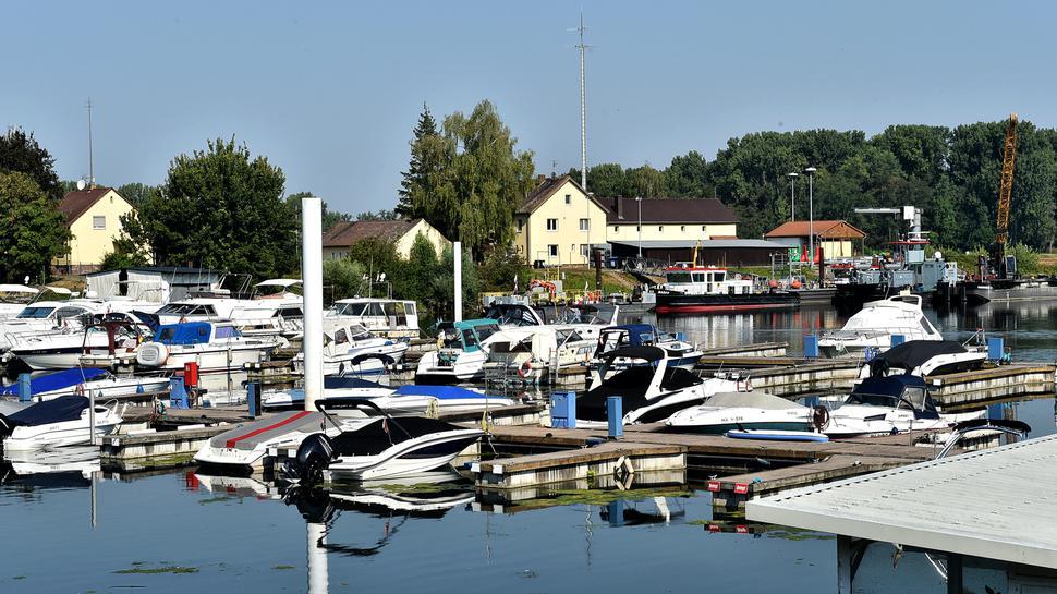 Stilles Wasser: Am Sonntagvormittag liegen die Boote im Yachthafen des Motorbootclub Karlsruhe ruhig an den Stegen.