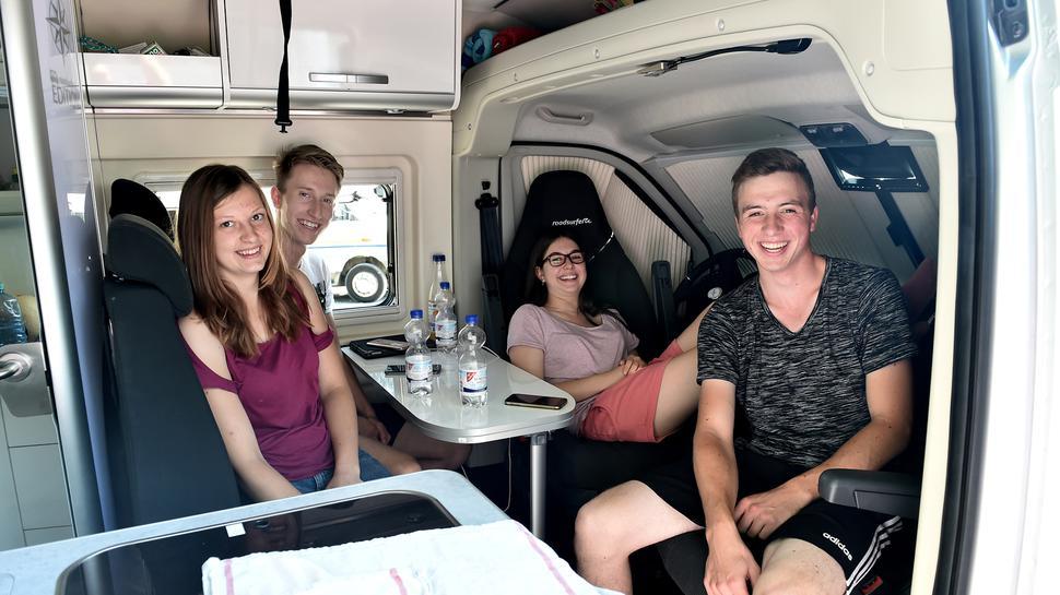 Spontan-Camper: Natalie, Jannis, Vanessa und Dennis aus Stuttgart (von links) fahren einfach mal drauflos.