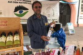 Geistvolles aus dem Schwarzwald: Richard Hörth bietet beim Naturpark-Markt seine prämierten Obstbrände an.