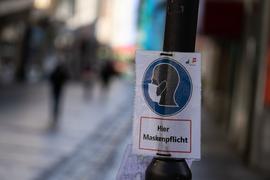 Ein Schild weist in der Innenstadt auf die Maskenpflicht hin. Die Stadt Hof hat mit einem derzeitigen Inzidenzwert von 290,2 den höchsten Wert Bayerns. +++ dpa-Bildfunk +++