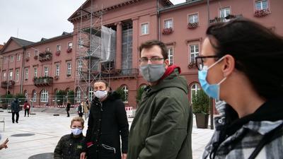 Menschen mit Maske vor dem Karlsruher Rathaus