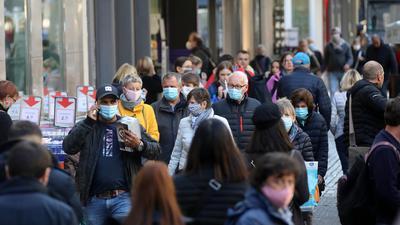 Blick in die Karlsruher Fußgängerzone: Viele Menschen tragen Masken.