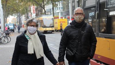 Ein Ehepaar beim Spaziergang durch die Stadt Karlsruhe