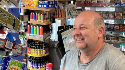Sein eigener Kiosk-Herr: Ionannis Mavridis sitzt täglich ab fünf Uhr morgens bis sechs Uhr abends in seinem Kiosk in der Karlsruher Oststadt.