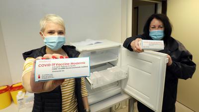Kerstin Vierling und Birgit Limpert mit den Packungen Impfstoff