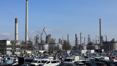 Großer Andrang: Wegen der notwendigen Inspektion der Raffinerie MiRO befinden sich zusätzlich tausende weitere Arbeitskräfte auf dem Areal – für das Unternehmen eine große Herausforderung, gerade angesichts von Corona. Zahlreiche Vorsichtsmaßnahmen wurden ergriffen.