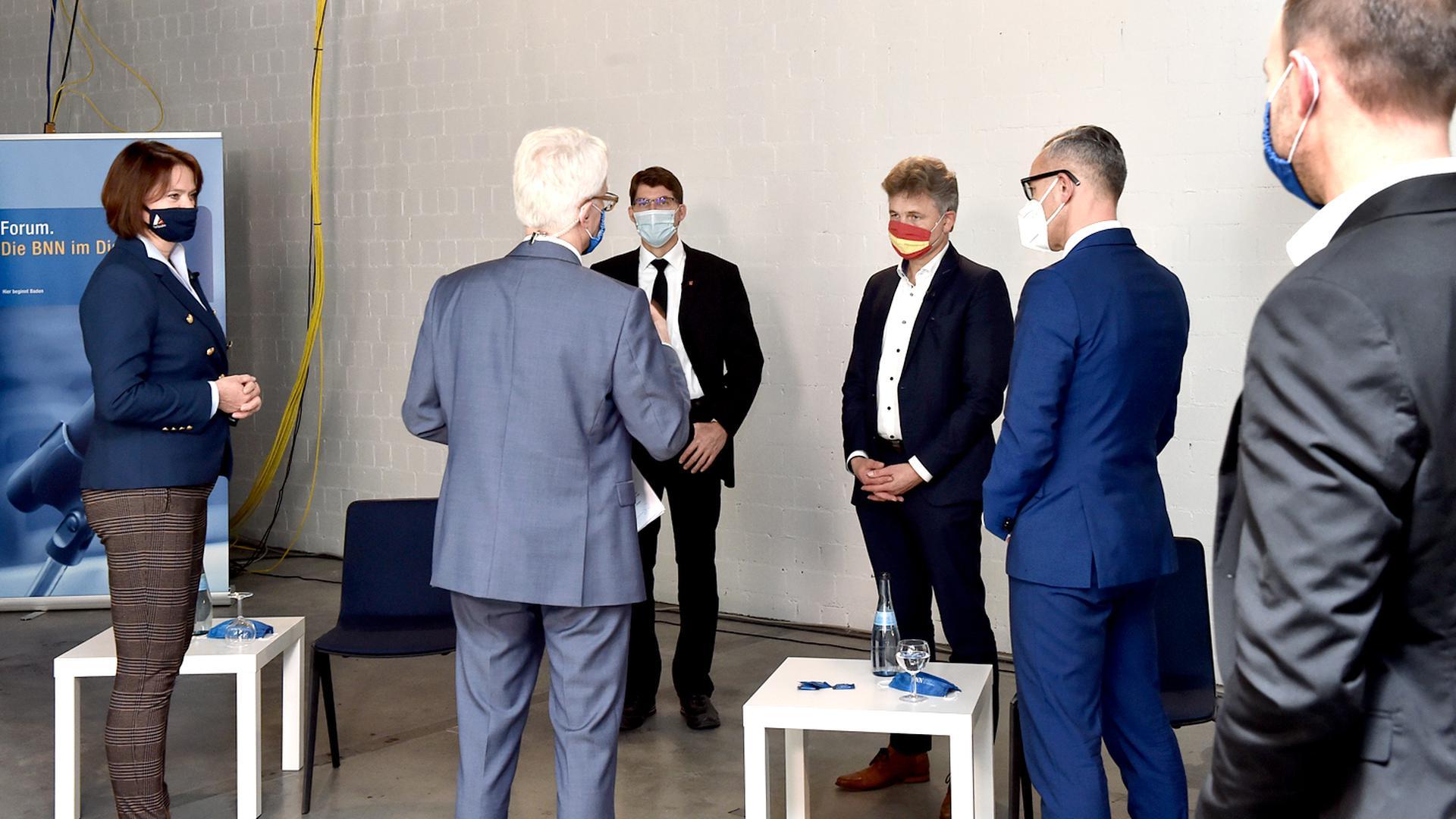 11.11.2020 Live vor laufenden Kameras im BNN-Verlagshaus in Karlsruhe-Neureut diskutieren mit Abstand die vier von Gemeinderatsfraktionen unterstützten Bewerber. Es sind der Amtsinhaber Frank Mentrup (SPD und Grüne), Sven Weigt (CDU und FDP), Petra Lorenz (Freie Wähler und Für Karlsruhe) und Paul Schmidt (AfD). Moderator des Abends ist BNN-Lokalchef Theo Westermann