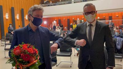 Sven Weigt gratuliert im Karlsruher Rathaus dem alten und neuen Oberbürgermeister Frank Mentrup.