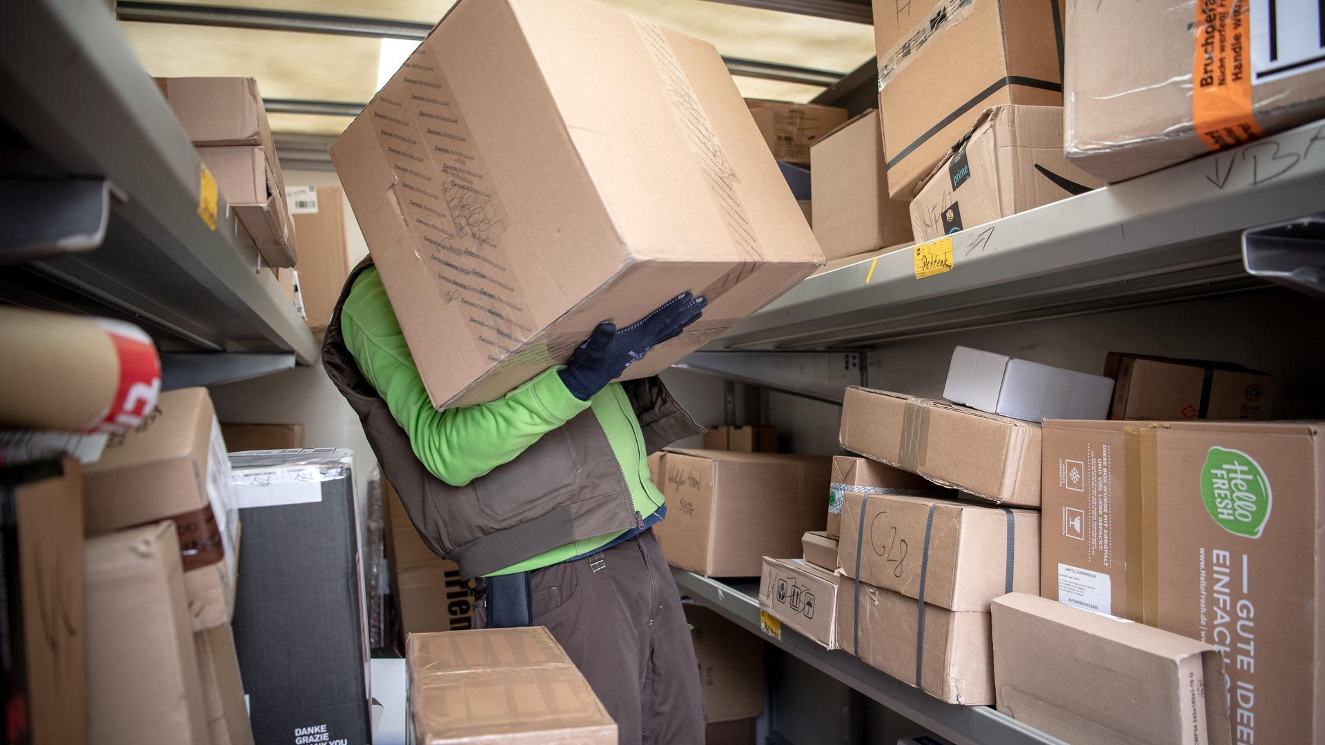 Ein Paketbote lädt Pakete in einen Transporter. Viele der derzeit getesteten Maßnahmen zur Bewältigung der ständig wachsenden Zahl an versendeten Paketen sind aus Sicht von Logistikforschern erfolgversprechend. (zu «Forscher bei Lösungen gegen Paketflut zuversichtlich») +++ dpa-Bildfunk +++