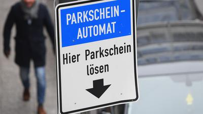 ARCHIV - Ein Schild mit dem Hinweis «Parkscheinautomat. Hier Parkschein lösen.» steht am 05.12.2016 in der Innenstadt von Frankfurt am Main (Hessen) an einer Straße mit ausgewiesenen Parkplätzen. (zu dpa «Parksünder-Paradies Wochenende - Städten fehlt Geld für Kontrollen» vom 05.05.2017) Foto: Arne Dedert/dpa +++ dpa-Bildfunk +++