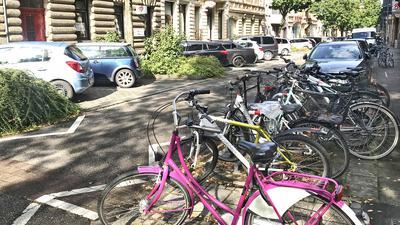 Viel Bedarf, wenig Raum: Abstellmöglichkeiten für Räder konkurrieren mit Parkplätzen für Autos.
