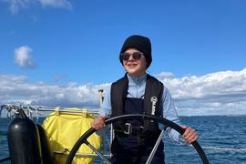 Bringt bereits Segelkenntnisse mit: Mona Fürst tauscht bald ihr Klassenzimmer gegen ein traditionelles Segelschiff und fährt mit 33 anderen Zehntklässlern über den Atlantik.