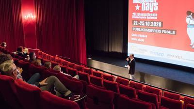Finale des Publikumspreises in der Schauburg: Festivalleiter Oliver Langewitz erklärte den Kinofans, wie sie via Smartphone für ihren Favoriten abstimmen können.