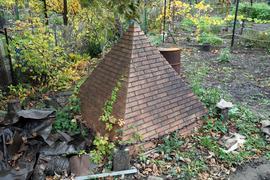 Pyramide in einem Karlsruher Kleingarten