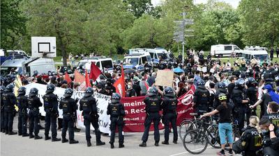 Polizisten mit Schlagstöcken und Pfefferspray hatten an Fronleichnam rund 50 Aktivisten der Antifa neben einer Querdenken-Kundgebung eingekesselt.