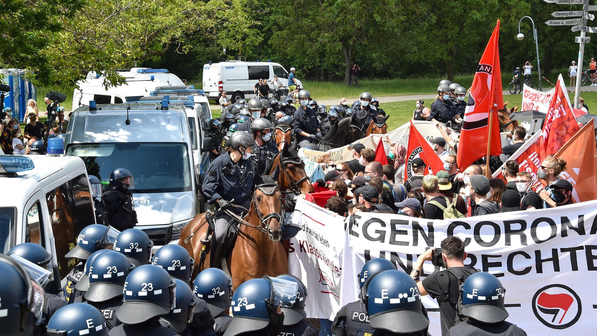 Mithilfe von Pferden drängten die Polizisten die Antifa-Demonstranten weiter zurück.