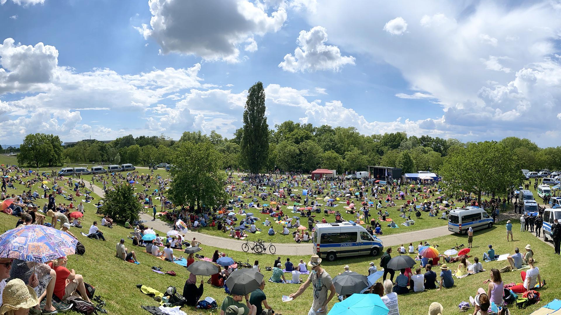 Rund 600 bis 800 Menschen hatten sich für die Querdenken-Kundgebung in der Günther-Klotz-Anlage versammelt.
