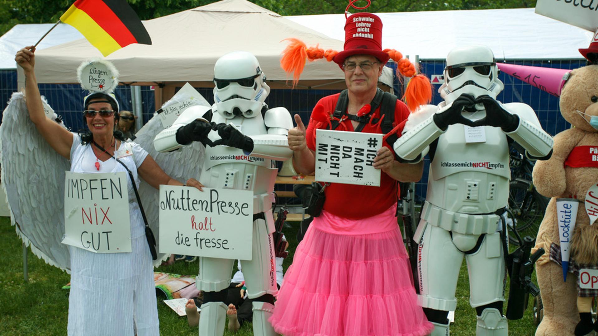 Querdenker mit Stormtroopern und Schildern.