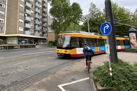 Beliebt, aber nicht erlaubt: Radler nehmen gerne den direkten Weg, um auf der Gartenstraße zu bleiben. Eigentlich müssen sie den Umweg über Jolly- und Otto-Sachs-Straße wählen.