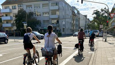 Schleifen und Signale: Für Radfahrer gibt es an der Kreuzung der Sophien- mit der Reinhold-Frank-Straße eigene Aufstellflächen und Induktionsschleifen.