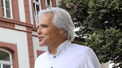 BNN-Leser Siegfried Birkle steht mit dem Wettersbacher Ortsvorsteher Rainer Frank vor dem Rathaus in Grünwettersbach