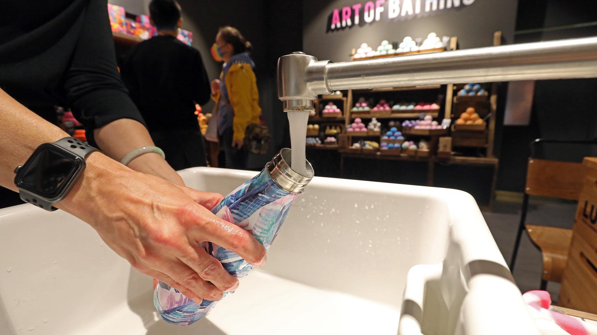 Wasserflasche unter dem Wasserhahn