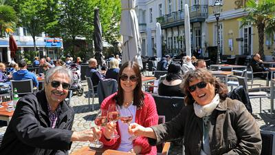 Harald, Christina und Heidi Kohnle (von links) trinken ein Glas Wein auf dem Ludwigsplatz.