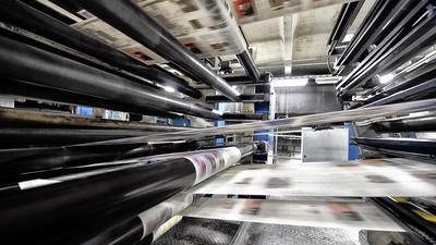 Die fertige Druckplatte wandert im nächsten Schritt zur Rotationsmaschine. Jetzt wird gedruckt: Erst die Lokalteile, dann der überregionale Mantelteil. Die reine Druckzeit an einem Abend beträgt etwa drei Stunden und zwanzig Minuten. In der Druckerei der BNN arbeiten 24 Personen. Drei Mitarbeiter sind mit der Herstellung der Druckplatten betraut, zehn Mitarbeiter mit dem Rotationsdruck. Zudem werden Hilfskräfte beschäftigt. Damit der Druck nicht gestört wird, gibt es für die Drucker bei Problemen Nummern des technischen Dienstes.
