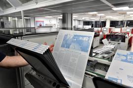 Die Daten der zukünftigen Zeitungsseiten wandern am Abend aus der Redaktion in die Druckerei zur Produktion der Druckplatten. Dort sind sie durch die Blattbesprechung gegangen und fertiggestellt worden. Die Platten bestehen aus Aluminium und werden mit Lasertechnik bearbeitet: Auf den Stellen, die herausgelasert werden, bleibt die fetthaltige Farbe haften. Jede Druckplatte erhält zudem einen eigenen Code, sodass die Belichtungsanlage sie in der richtigen Reihenfolge einordnen kann. Das Aluminium, das zum Druck verwendet wird, kann zu fast 100 Prozent recycelt werden.