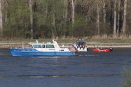 Nach Informationen der BNN mussten die Einsatzkräfte fünf Personen von dem in Höhe Karlsruher Rheinhafen havarierten Schiff retten.