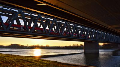 Eine Radtour im Abendrot ist auf der Rheinbrücke zwischen Wörth und Karlsruhe zwar lohnend, aber unter Umständen auch mühsam.
