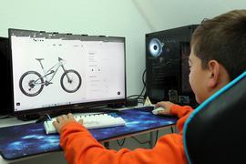 Robin Schätzle bei der Such nach einem Fahrrad