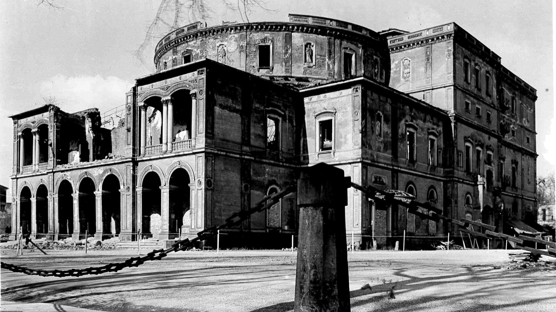 Kriegsopfer: Nur noch die Grundmauern der traditionsreichen Kulturstätte standen, nachdem der Zweite Weltkrieg gewütet hatte.