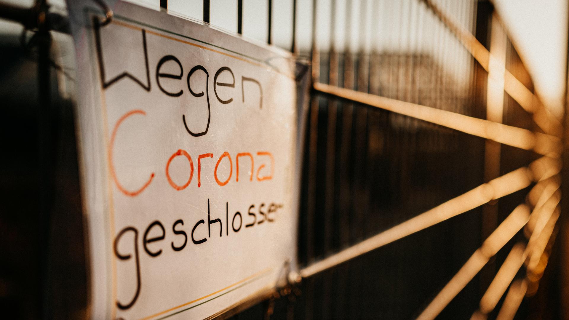 Die Leidtragenden halten sich an die Hoffnung: Das Miteinander wird in der Corona-Krise immer weniger möglich. Kulturbetriebe und Restaurants schließen erneut und bangen um ihren Fortbestand.