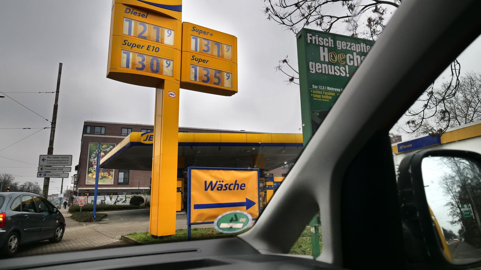 foto zum Thema Benzinpreise- Jet-Tankstelle an der Haid-und Neu-Strasse in Karlsruhe