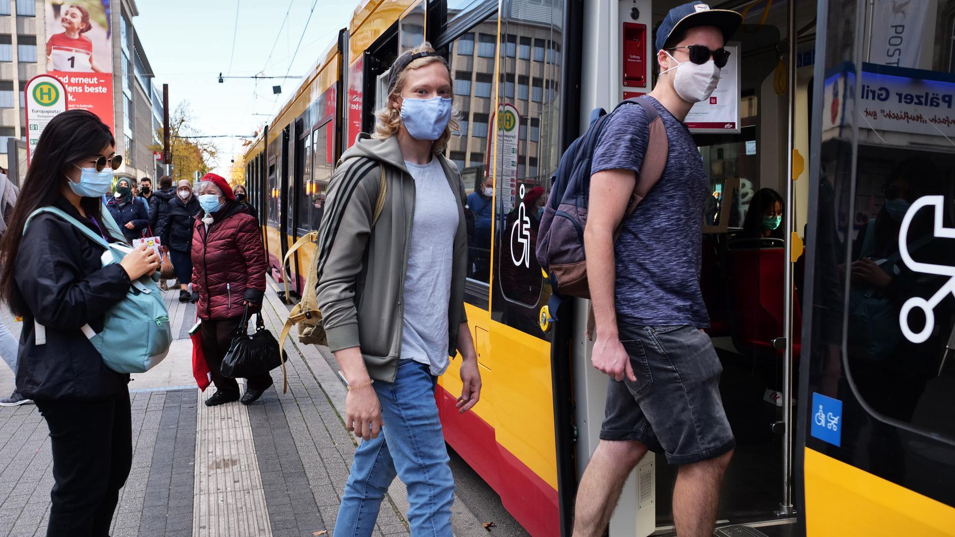 Nur mit Maske: Die Passagiere der Straßenbahn halten sich an das Hygienegebot. Schon auf dem Bahnsteig tragen die allermeisten den Mund-Nasen-Schutz.