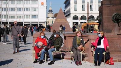 Die Seele wärmen: Vor dem Lockdown im November tanken viele Karlsruher die letzte Oktobersonne und genießen das Zusammensein auf ihrem neuen Marktplatz.
