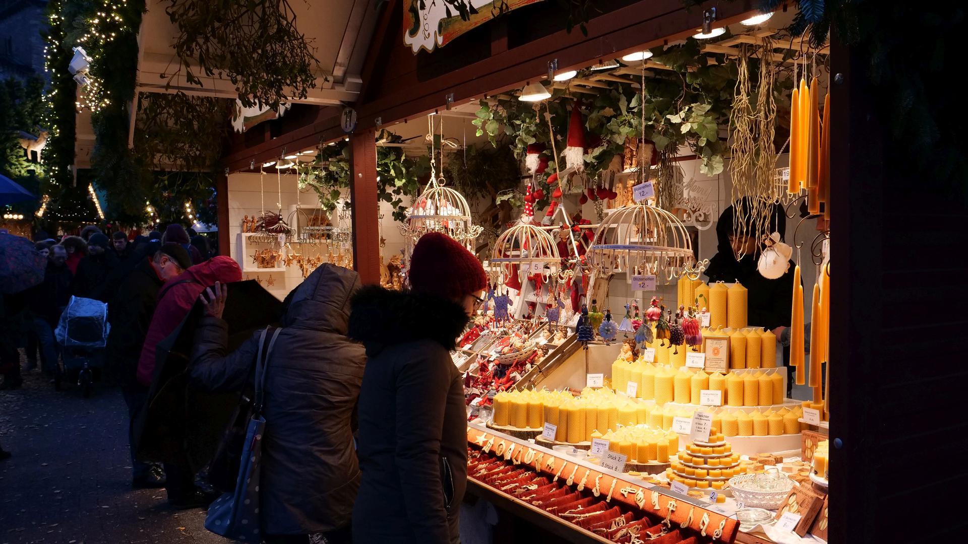 Stimmungsvoll im Advent: Kerzen und Dekorations-Artikel sind Klassiker auf dem Christkindlesmarkt.