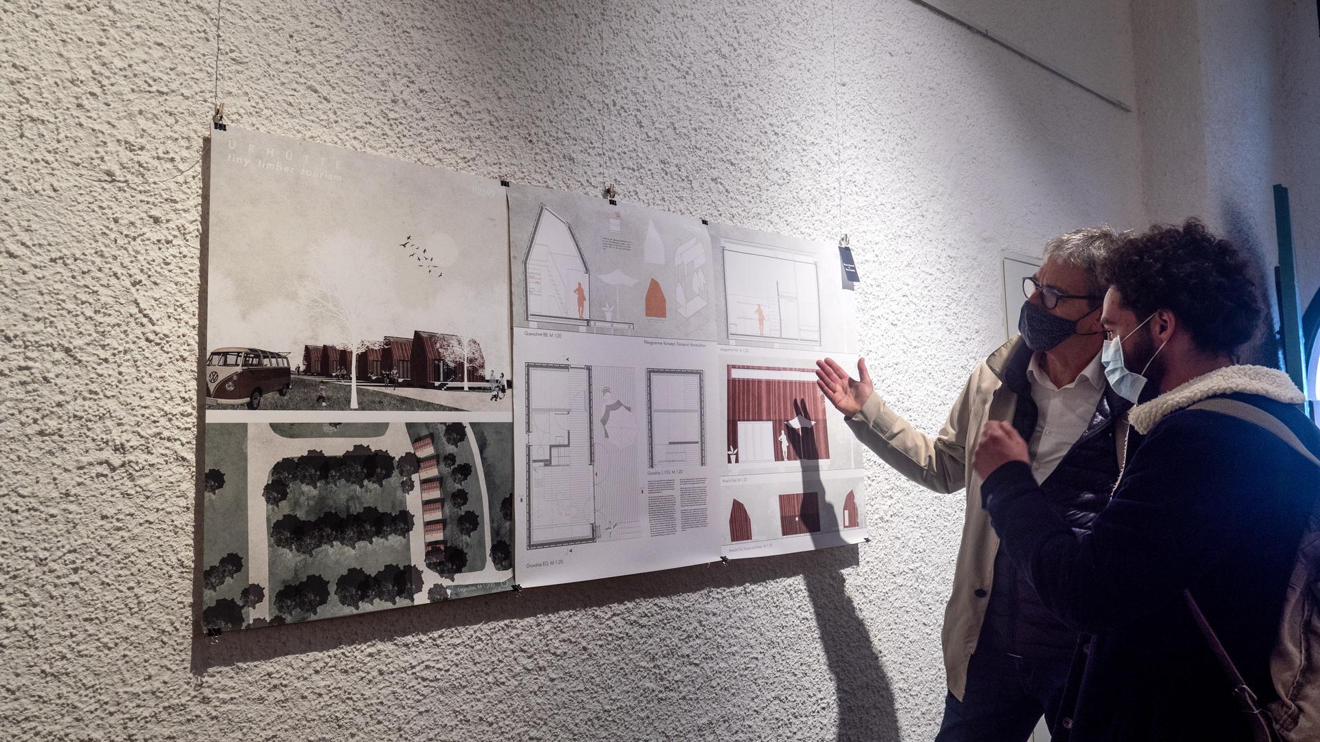 Tiny House für Durlach: In einem Wettbewerb im Fach Architektur am KIT haben Studierende Tiny Houses für den Durlacher Campingplatz entworfen. KIT-Professor Ludwig Wappner und Preisträger Mena Ghaly (von links) erklären den Siegerentwurf.